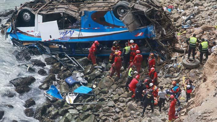 Aumentan a 48 los muertos por caída de bus a un barranco en carretera de Perú