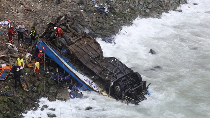 Sujeto es detenido por robar las pertenencias de las víctimas tras fatal accidente de bus en Perú