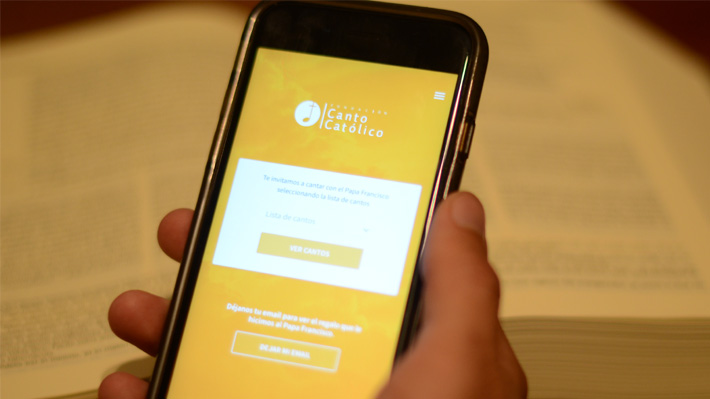 Prepara la voz: Chilenos crean aplicación para seguir cánticos en misas del Papa