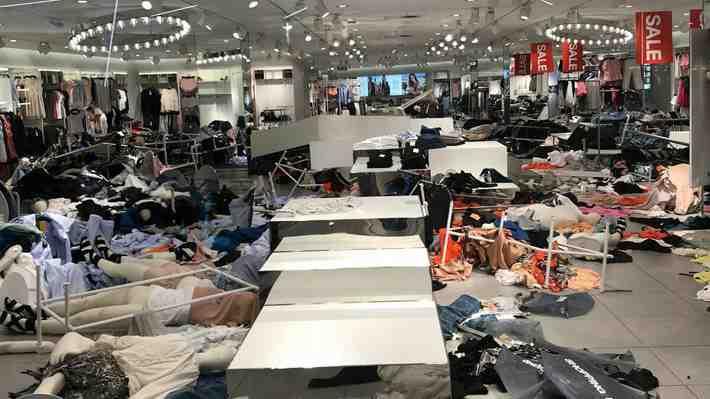 Manifestantes sudafricanos irrumpen en tiendas de H&M por publicidad considerada racista