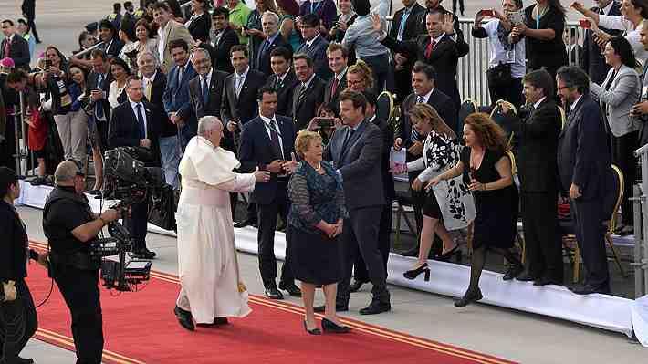 Alcaldes rompen el protocolo y saludan al Papa en el aeropuerto. ¿Qué te pareció?