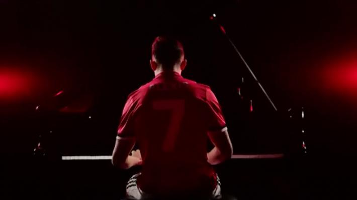 Tocando el piano y con la 7: La notable presentación que el United le hizo a Alexis