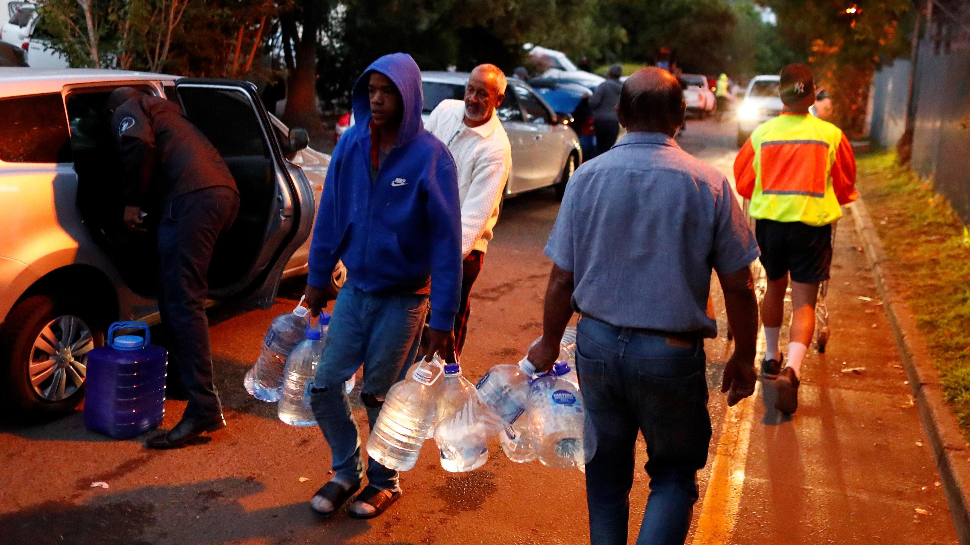 """Ante cierre de cañerías en Ciudad del Cabo: Experta advierte que Chile """"no está tan lejos"""" de quedarse sin agua"""