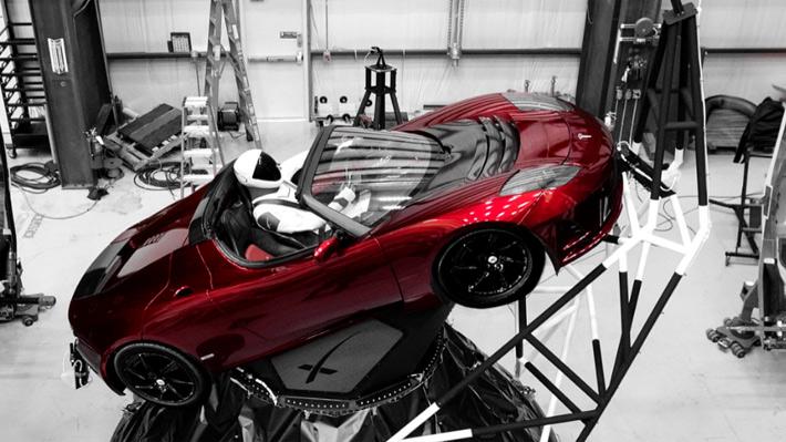Un auto y un traje espacial: Elon Musk pone un poco de cada una de sus empresas en el lanzamiento del Falcon Heavy