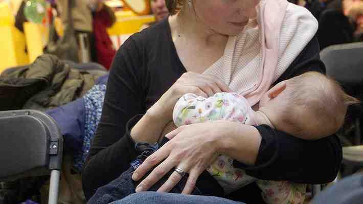 Madre fue insultada por amamantar a su hija en un mall. ¿Qué te parece esta polémica?
