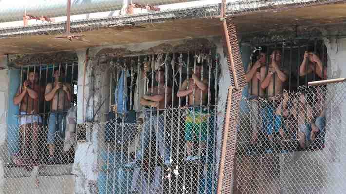 Reos pueden pasar hasta 16 horas sin comer y sólo 2 penales tienen agua caliente. ¿Cómo ves esto?