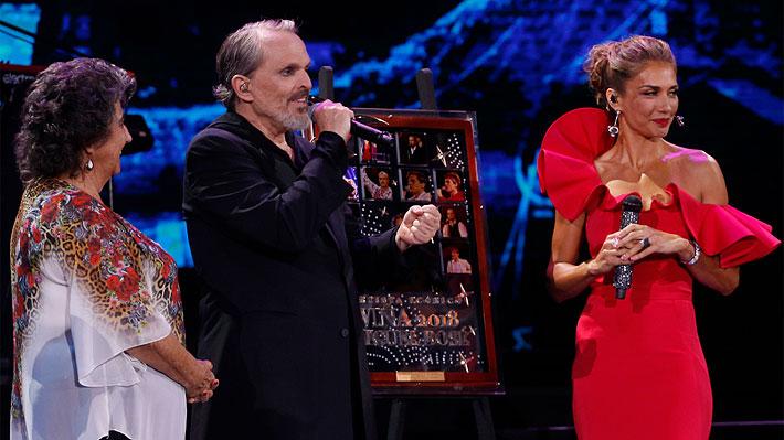 Premio Ícono: Los detalles del regalo que recibió Miguel Bosé y que fue foco de burlas