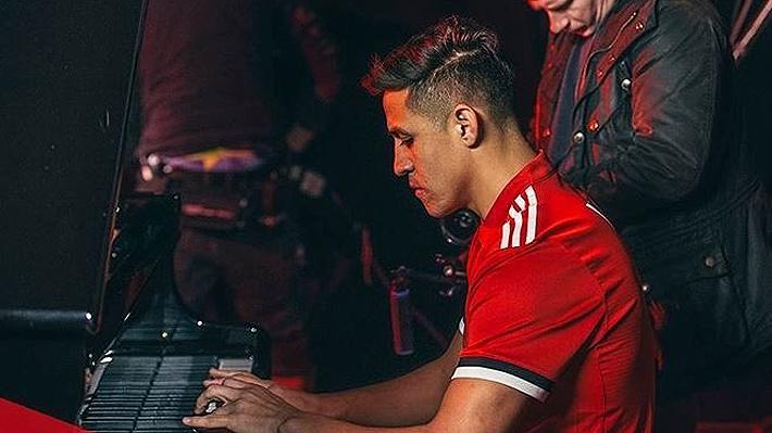 """Hinchas del Arsenal se burlan de Alexis: """"Lo mejor que ha hecho en el United es tocar el piano"""""""
