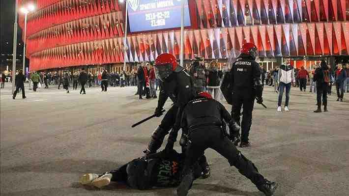 Terminó con un policía muerto: Mira el brutal enfrentamiento entre hinchas del Athletic y el Spartak en Europa