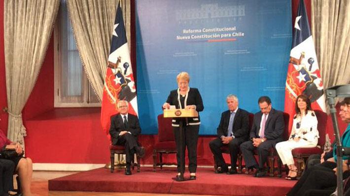 Bachelet propone mandato presidencial de seis años sin reelección y establecer iniciativa popular de ley