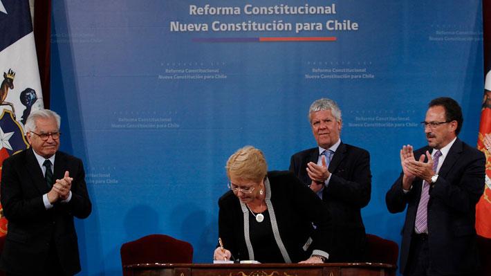 Nuevos derechos y cambios al sistema político: Las claves del proyecto de nueva Constitución de Bachelet