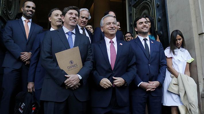 Larraín se instala en Hacienda y anuncia una reforma tributaria para este año