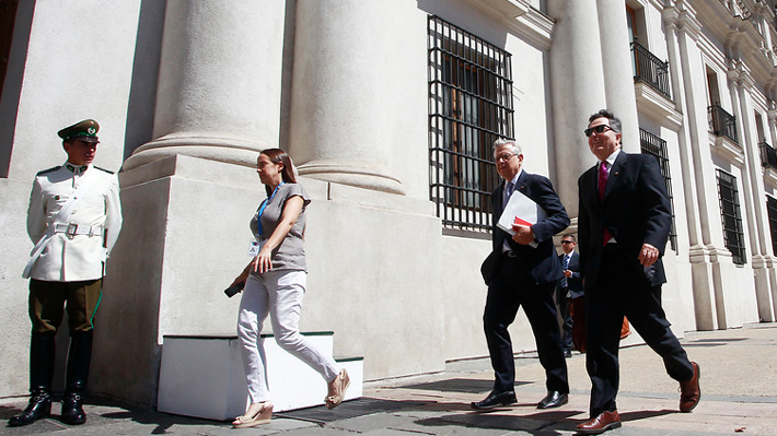"""Ampuero por polémicos dichos de Guillier: """"Él va a La Haya a defender la posición de Chile"""""""