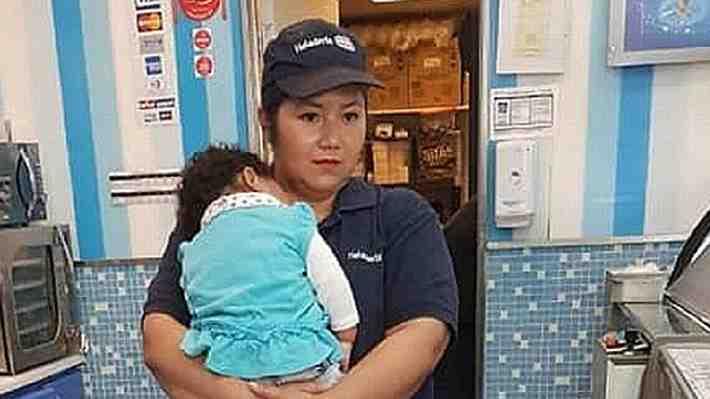 Madre trabajando con su bebé en brazos abre debate sobre las sala cuna: ¿Es la ley o cómo las empresas ven a las mujeres?