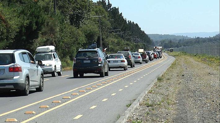 """Turistas alegan """"caos vial"""" por arreglos en Pucón y Municipalidad pide al MOP que """"agilice los procesos"""""""