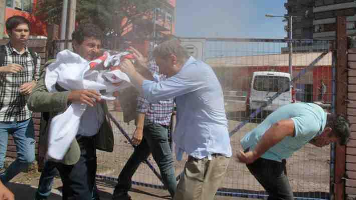 José Antonio Kast es agredido por jóvenes y sacado de universidad en Iquique. ¿Qué te parece?