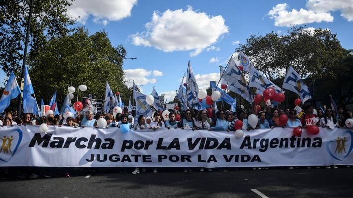 Miles de personas marchan en Argentina contra el proyecto de ley de aborto legal