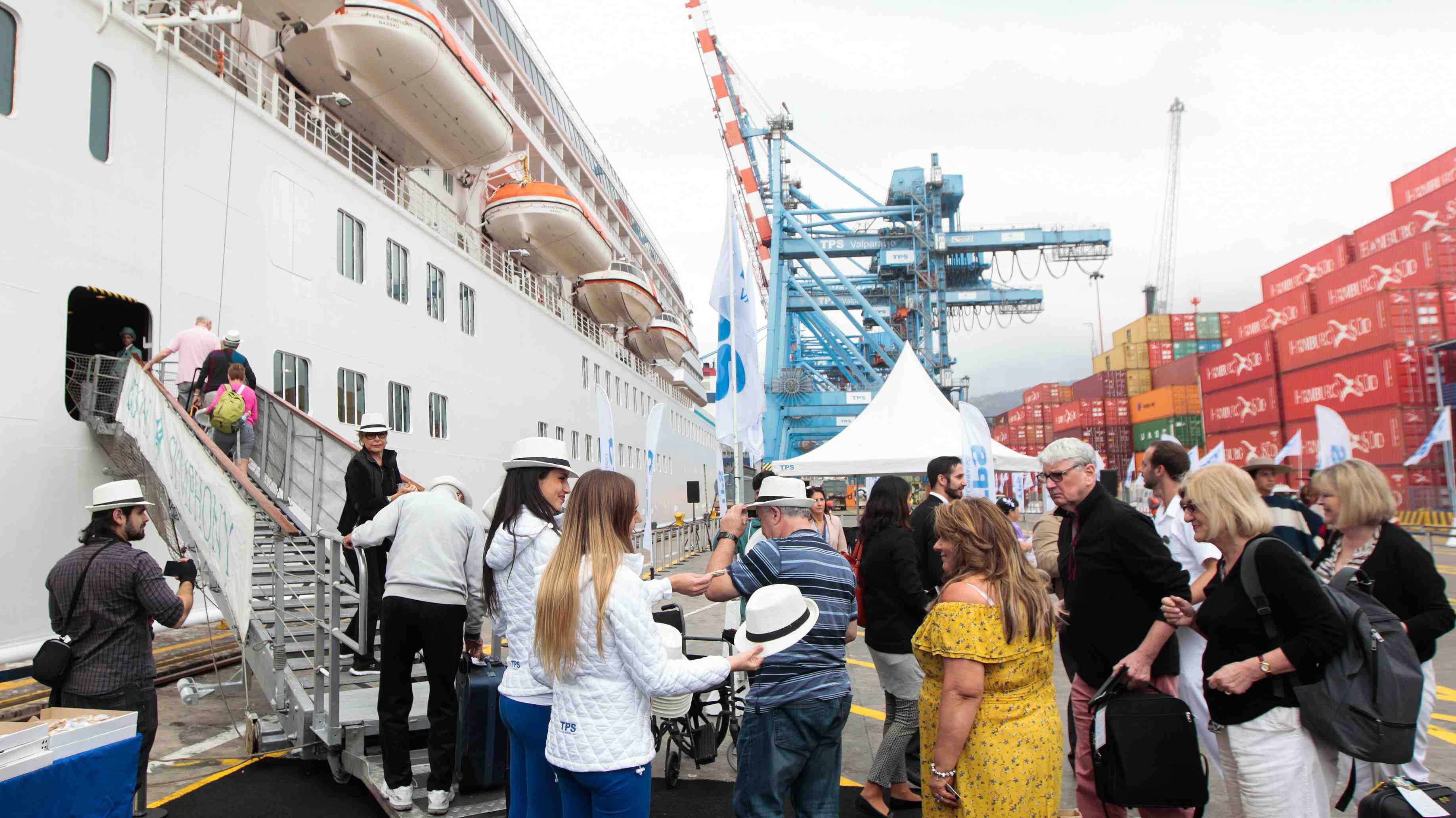 Ganar dinero viajando: Navieras buscan a 300 chilenos para trabajar en cruceros de lujo