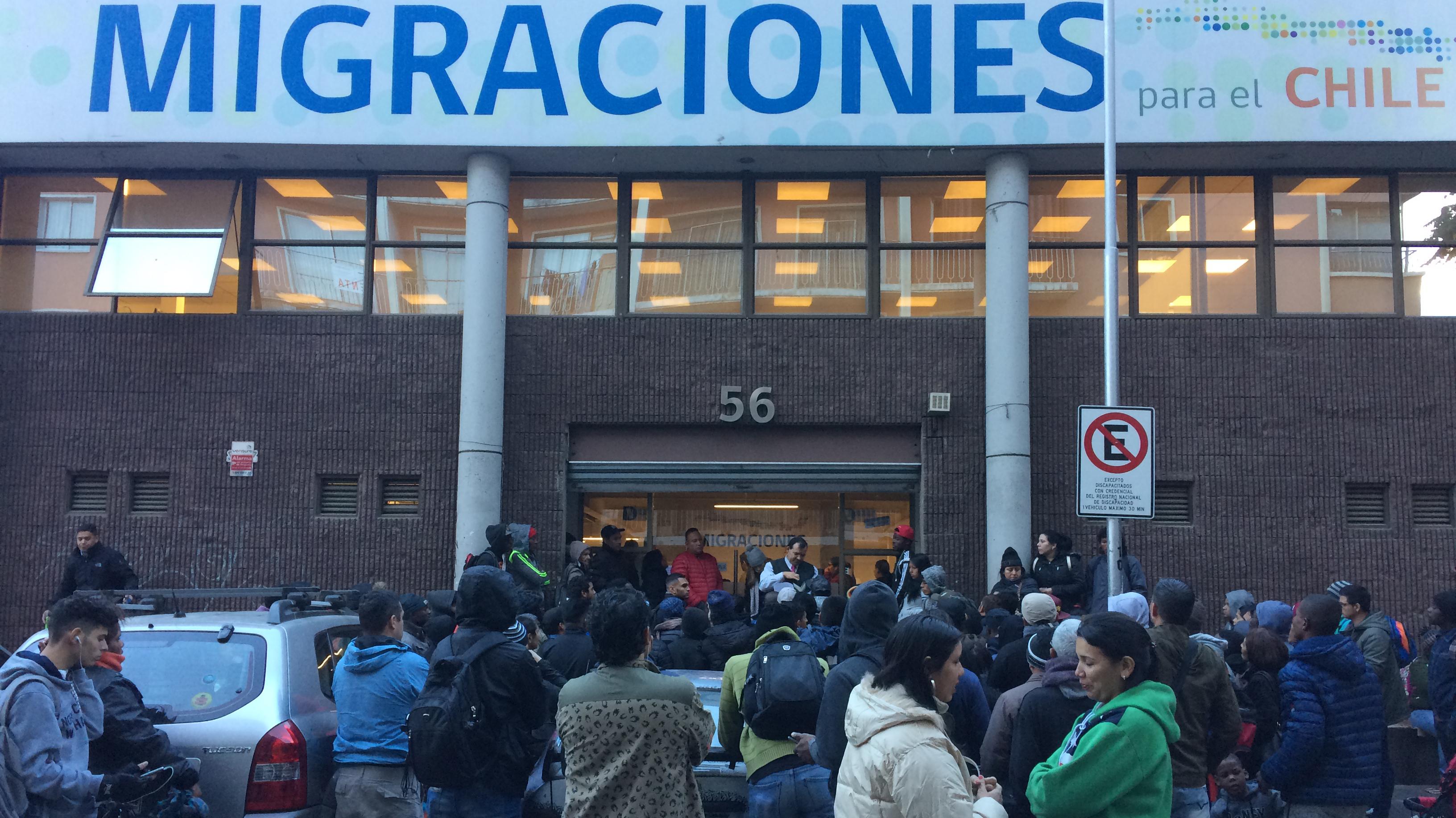 Espera, tensión y frío: Así es la fila en migraciones para obtener los documentos para la regularización
