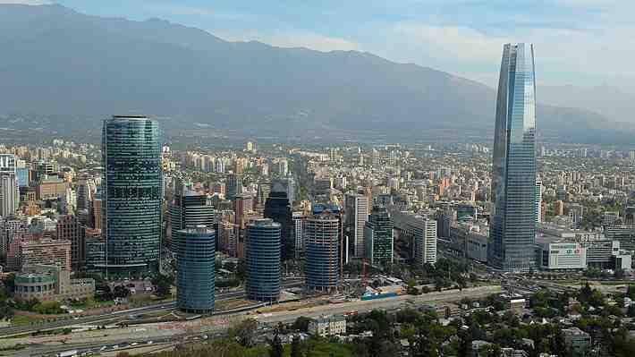 """¿Desarrollo o progreso? Posible salto de Chile desde su posición de """"emergente"""" enciende debate"""