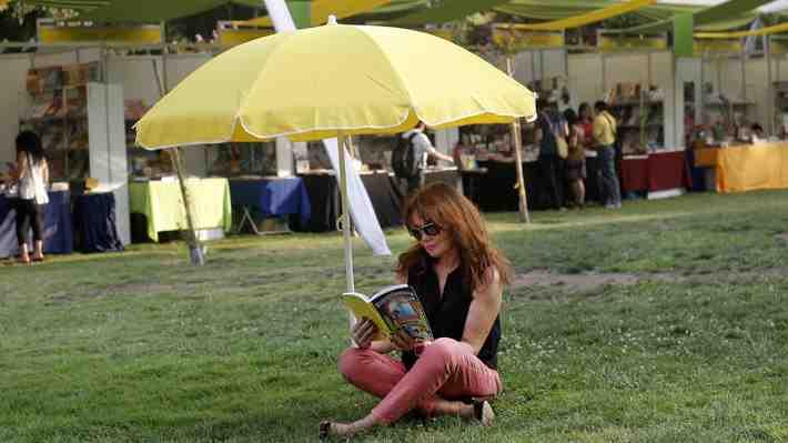 ¿Cómo impulsar la lectura en un Chile donde la mitad de adultos no lee ningún libro al año? Debate.