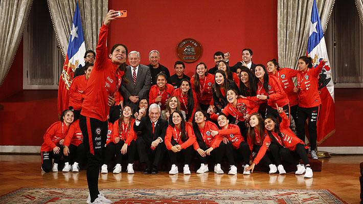 """La """"Roja"""" femenina recibe emotivo homenaje en La Moneda y Gobierno llama a la ANFP a profesionalizar la actividad"""