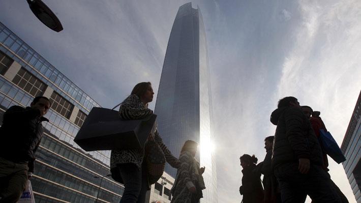 """Chile fuera de los países receptores de ayuda de la OCDE: ¿Está o no el país en la """"trampa de ingreso medio""""?"""
