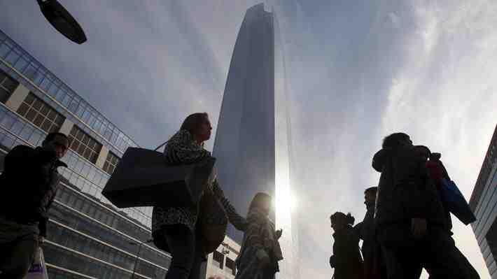 """Chile fuera de países receptores de ayuda OCDE: ¿Está el país en la """"trampa del ingreso medio""""?"""