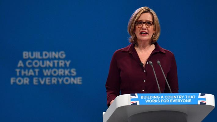 Dimite la ministra de Interior británica tras polémica por expulsiones de inmigrantes