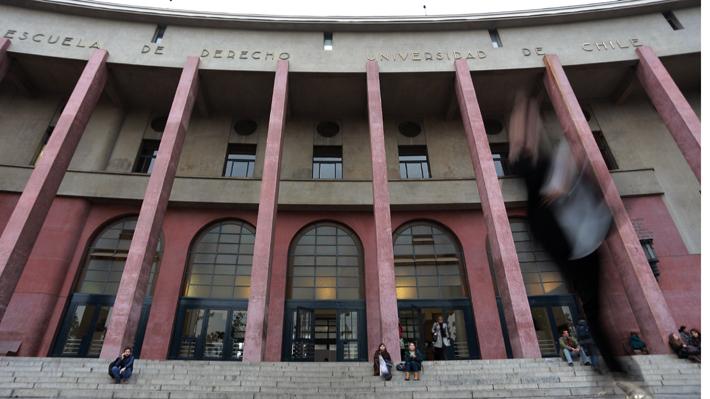 Denuncias por acoso sexual y laboral: Las razones detrás de la toma en la facultad de derecho de la U. de Chile