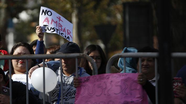 Manifestantes apedrean tribunal donde está siendo formalizado el presunto asesino de una menor en Los Andes