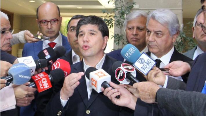 Bancada del PS denuncia que ministro de Hacienda realizó viaje particular a EE.UU. con recursos públicos