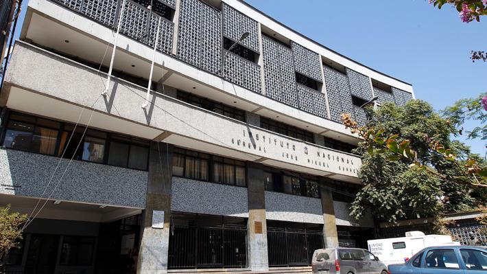 Auxiliar de aseo del Instituto Nacional habría sido agredida sexualmente por un alumno