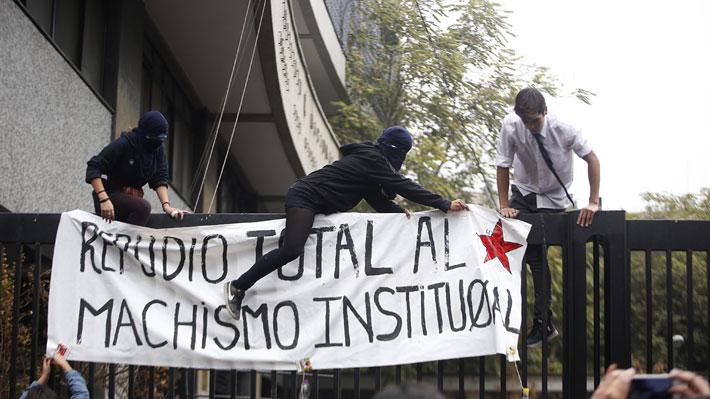 """Alumnas de Liceos Carmela Carvajal y Javiera Carrera se toman el Instituto Nacional acusando """"prácticas machistas"""""""