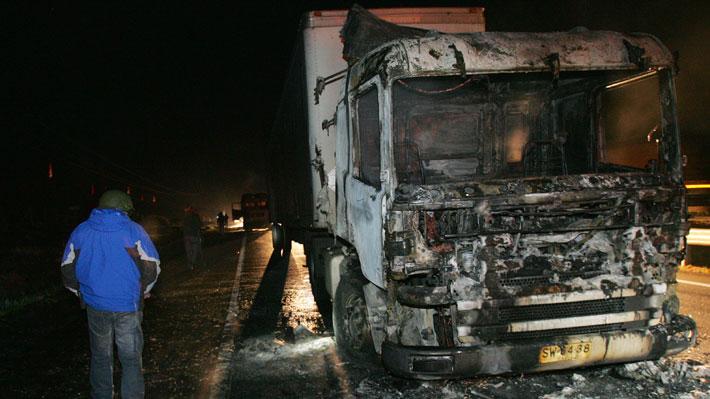 Encapuchados queman dos camiones en la provincia de Arauco
