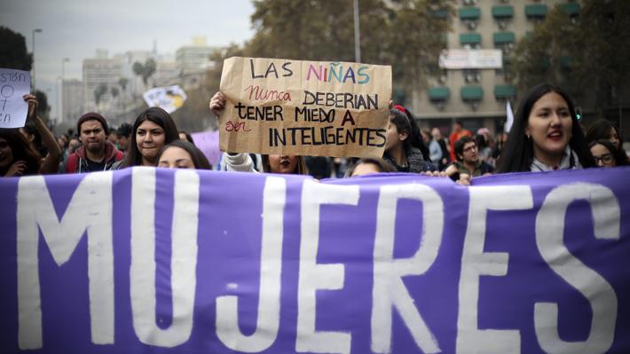 """Confech hace positivo balance de marcha feminista y reitera críticas a ministro Varela: """"Les está pegando un portazo en la cara a las mujeres"""""""
