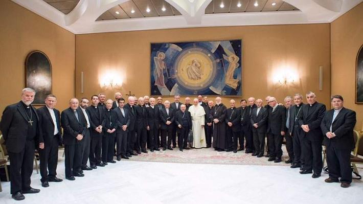 Obispos chilenos dejan sus cargos a disposición del Papa Francisco tras reuniones en Roma