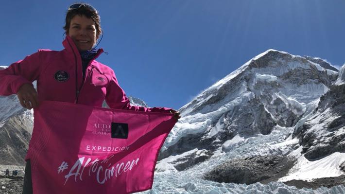 Cumplió su desafío: Chilena que derrotó el cáncer de mama alcanza la cima del Everest