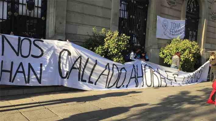 Estudiantes se toman Casa Central de la UC  por primera vez en 32 años. ¿Qué te parece?
