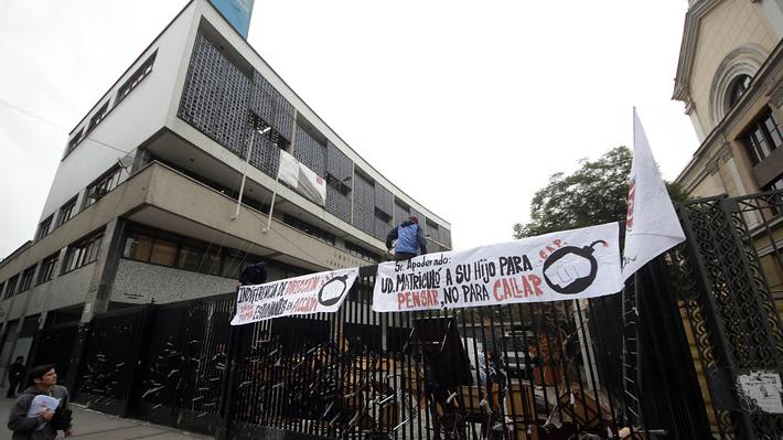 Estudiantes se toman el Instituto Nacional en rechazo a actuar de Carabineros