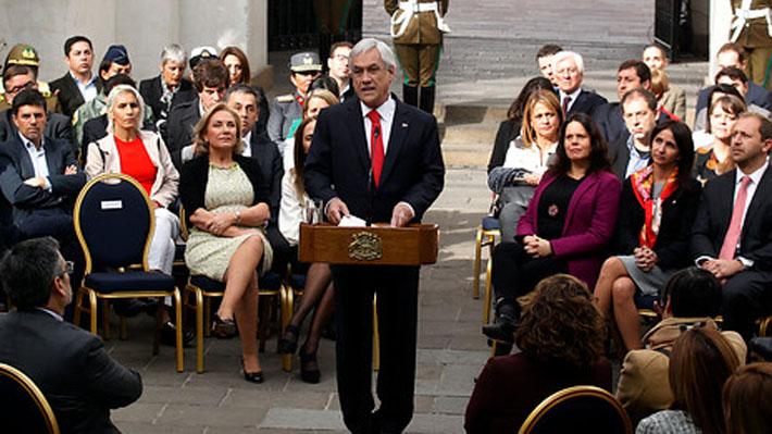 """Piñera presenta reforma constitucional y hace gesto a Michelle Bachelet y Daniela Vega por """"construir un Chile mejor"""""""