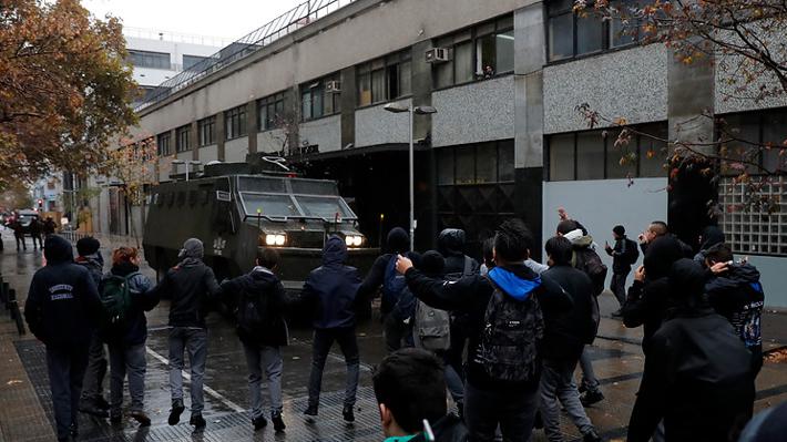 Carabineros disuelve protestas de estudiantes en cercanías del Instituto Nacional y el Liceo de Aplicación