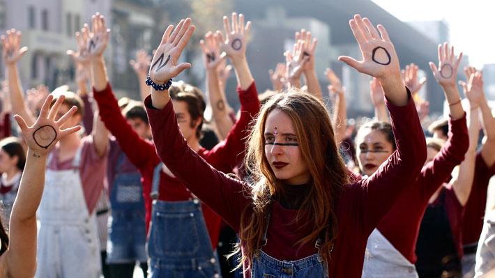 """""""Fuimos ola y nos convertimos en tsunami"""": Multitudinaria marcha feminista recorrió la Alameda de manera pacífica"""
