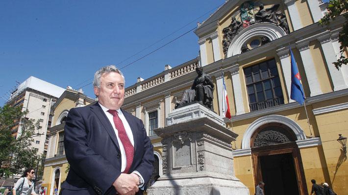 """Rector de la U. de Chile pide a Harasic """"reconsiderar"""" su renuncia como decano de Facultad de Derecho"""