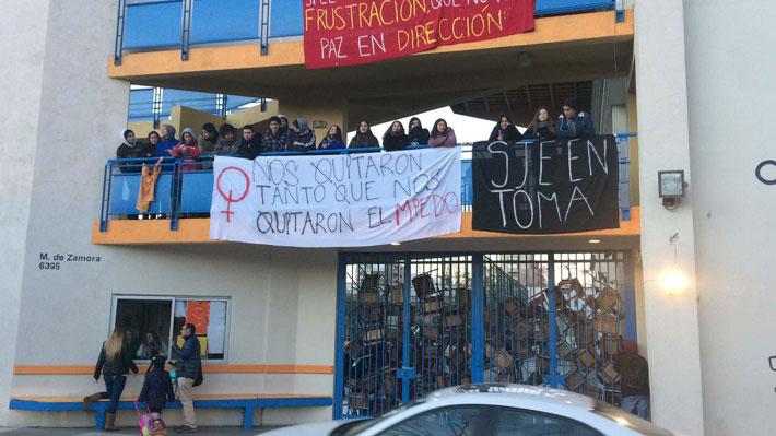 Estudiantes se toman colegio de Las Condes y critican falta de protocolo para casos de abuso sexual