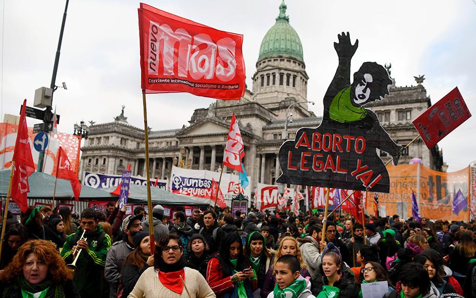 Galería: Mujeres argentinas marchan a favor y en contra de la despenalización del aborto a horas de histórica votación