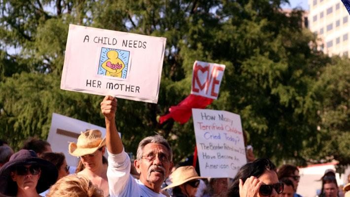 Casi 2.000 niños separados de sus padres: La polémica normativa migratoria que complica a Trump en EE.UU.