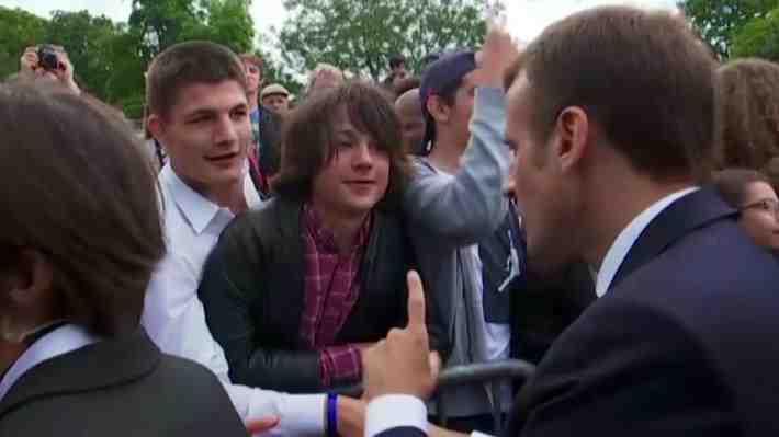 """Macron increpa a joven que lo llamó """"Manu"""" y no """"Presidente"""". ¿Se debe tutear a las autoridades?"""