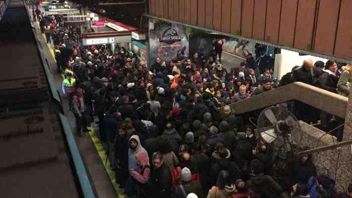 Línea 1 de Metro Tobalaba continúa cerrada tras incendio en local comercial