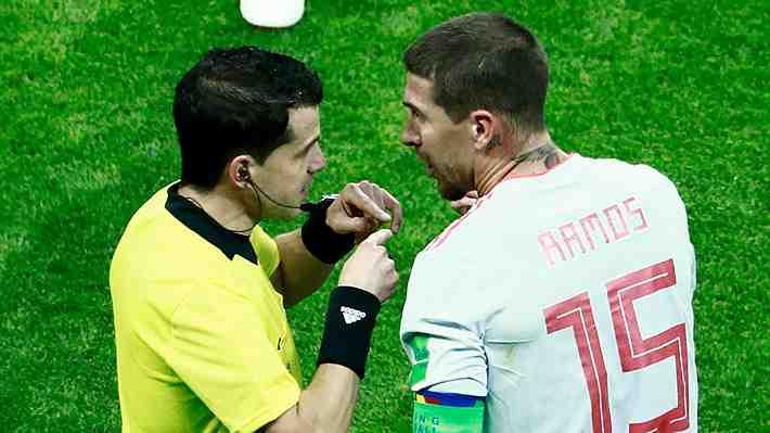 ¿Era para expulsión? El insólito golpe que Sergio Ramos le propinó al árbitro en el triunfo de España sobre Irán